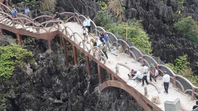 Công trình có cổng và đường lên núi Huyền Vũ (núi Cái Hạ) với chiều dài hơn 1km và hơn 2.000 bậc lên xuống đã được xây dựng trái phép từ năm 2017 (Ảnh: Báo Văn hoá)