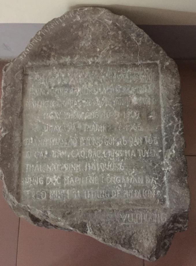 Tấm bia ghi lại từng chặng của đường Hạnh Phúc do ông Vũ Huy PHương tự tay khắc