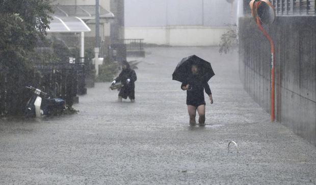 Một số thành phố Nhật Bản chìm trong biển nước (Ảnh: AP)