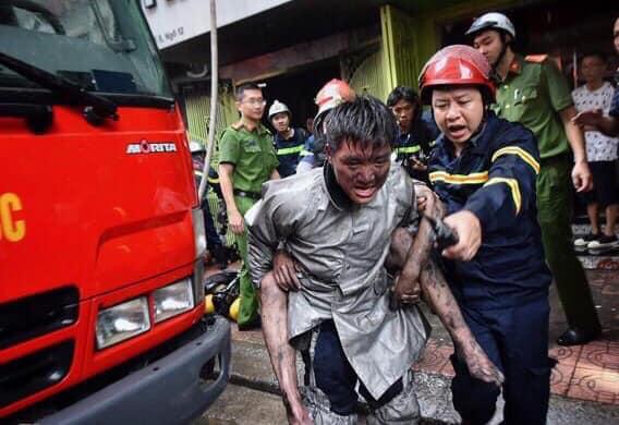 Chiến sĩ PCCC Ngọc Hoàng cõng Hoàng Giang khỏi đám cháy