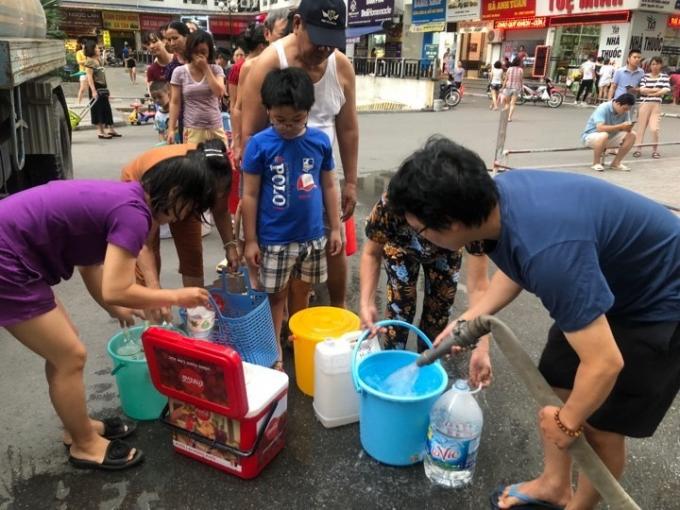 Người dân Hà Nội phải lấy nước sạch từ các xe téc