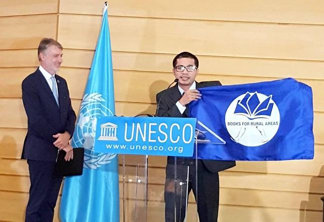 Chương trình Sách hoá nông thôn của Nguyễn Quang Thạch nhận giải thưởng UNESCO Literacy Prize 2016 - giải xoá mù tri thức (Ảnh: Ngaynay.vn)