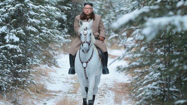 Ông Kim Jong-un cưỡi ngựa trắng lên đỉnh núi tuyết nhằm mục đích gì?
