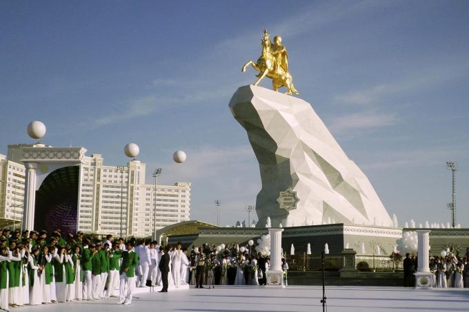 Hàng người xếp hàng trong ngày khánh thành bức tượng tổng thống Turkmenistan trên lưng ngựa năm 2015
