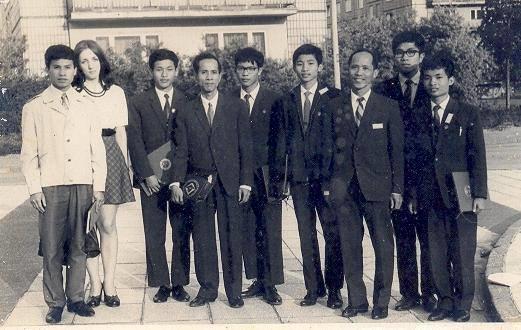 Đoàn 5 học sinh đi thi Olympic Toán quốc tế 1974 cùng các thầy giáo (Ảnh tư liệu của ông Vũ Đình Hoà)