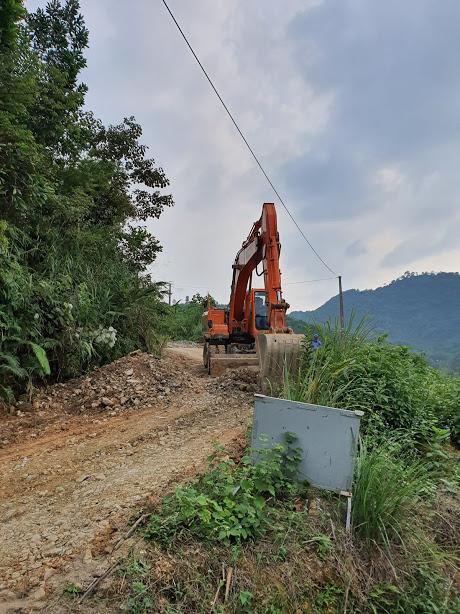 Nơi các đối tượng đổ trộm dầu thải, đường phải bóc lên để sửa chữa (Ảnh: Tâm Hiếu)