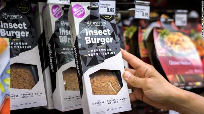 Bánh quy côn trùng này được bán ở Geneva (Thuỵ Sỹ). Chúng giàu protein, có vị khá dễ ăn