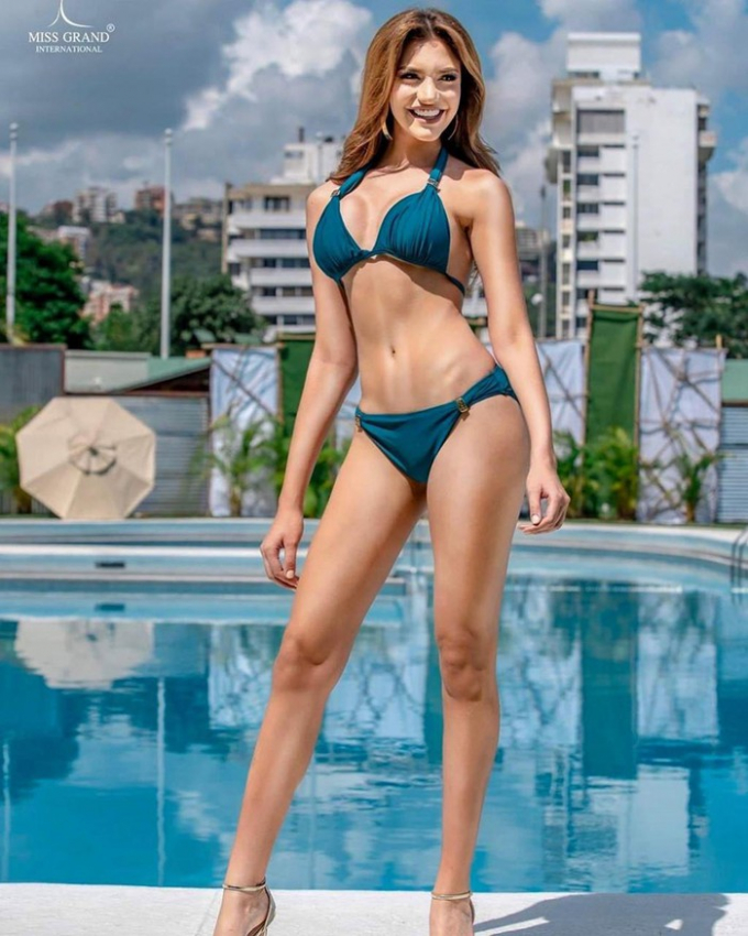Cô có vẻ đẹp bốc lửa đậm chất Mỹ latin và phong cách trình diễn chuyên nghiệp