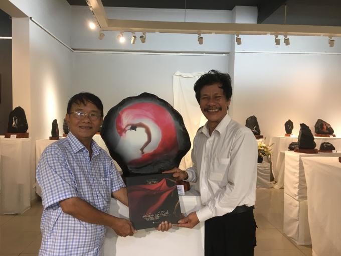Nghệ sĩ Thái Phiên (bên phải) và tác giả bài viết