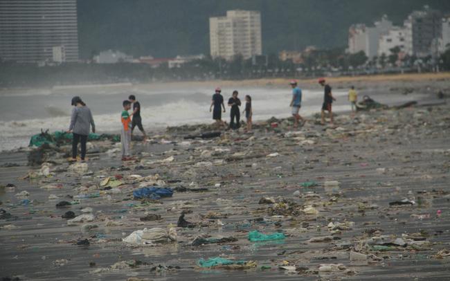 Bãi biển Quy Nhơn ngập rác sau bão/ Ảnh: Soha