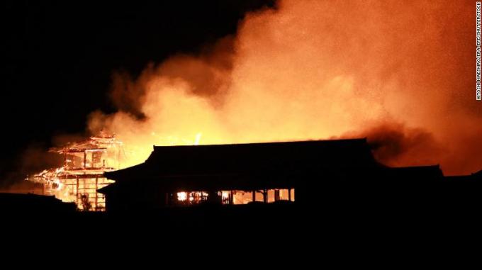 Lâu đài Shuri trong biển lửa