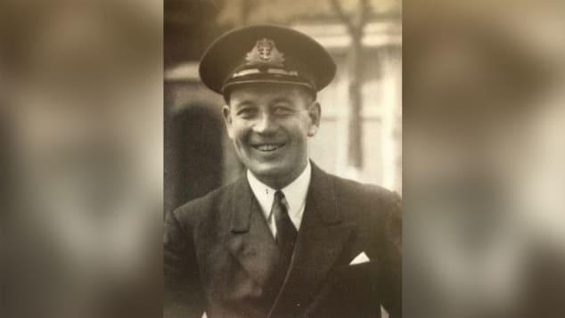 Trung uỷ Edward Tomkinson, chỉ huy tàu