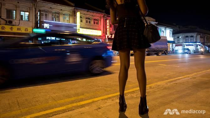 Một gái mại dâm Singapore đứng đợi khách ở phố đèn đỏ khu Geylang