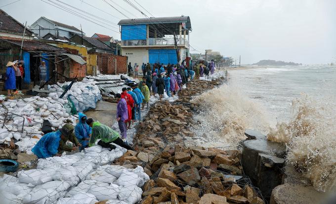 Người dân Bình Đình kè bờ chuẩn bị đón bão số 6/ Ảnh: Tiền Phong
