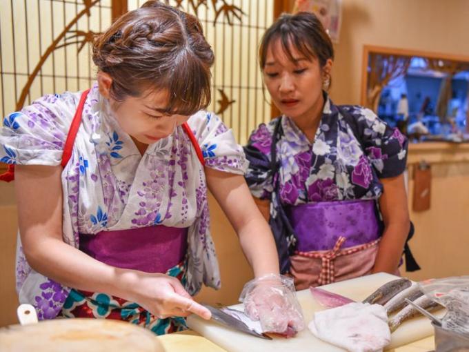 Chizui đang hướng dẫn cho một thợ học việc