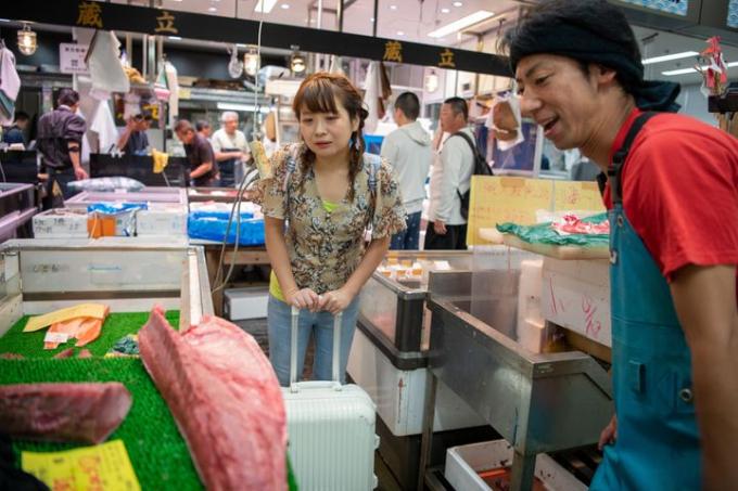Chizui chọn mua nguyên liệu ở khu chợ Toyusu trong cửa hàng củaYusuke Yamazaki