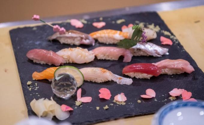 Những miếng sushi trang trí lạ mắt là điểm nhấn cho tác phẩm của Chizui