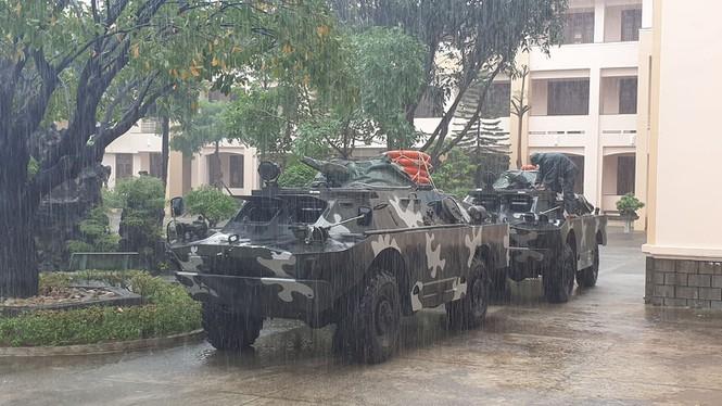 Xe bọc thép được chuẩn bị tai Bình Định.BRDM-2 là loại xe trinh sát lội nước của Liên Xô. Loại xe này được cải thiện khả năng lội nước so với BRDM-1/ Ảnh: VnExpress