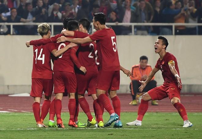 Các cầu thủ ăn mừng bàn thắng của Tiến Linh/ Ảnh: Zing.vn