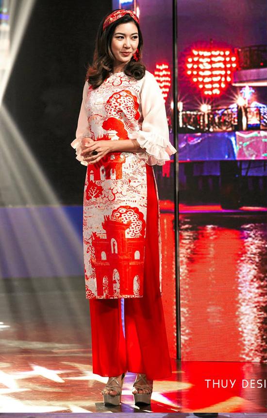 Thuý Vân diện áo dài Thuỷ Nguyễn trình diễn trong chương trình 'Tình Xuân'