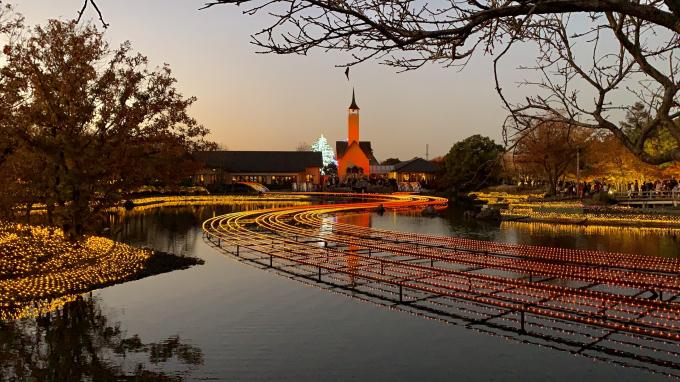 Cứ vào đầu tháng 12 đến hết tháng 3, những ánh đèn led sẽ thắp sáng công viên từ 18h, với các chủ đề đa dạng.
