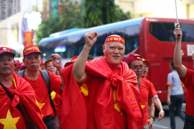 Nhiều CĐV cao tuổi cũng không quản ngại xa xôi bay sang Philippines ủng hộ đội nhà