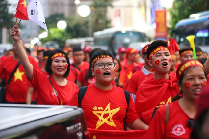 Sắc đỏ CĐV Việt Nam ngập tràn Manila trước trận chung kết Việt Nam - Indonesia ở SEA Games 30