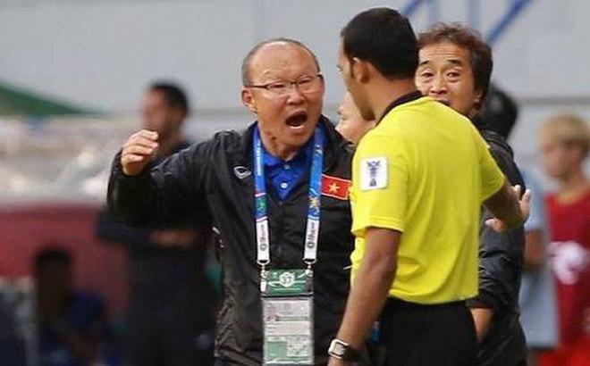 Hình ảnh HLV Park cự cãi trọng tài, dẫn đến chiếc thẻ đỏ cho ông ở phút thứ 79