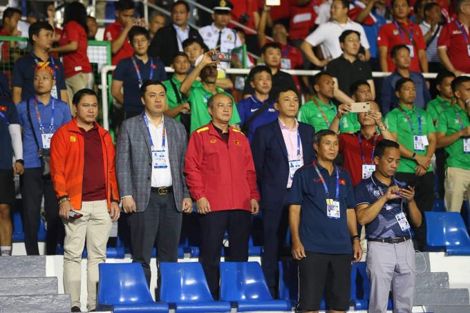 HLV đội tuyển bóng đá nữ Mai Đức Chung có mặt cổ vũ đội bóng đá nam trong trận chung kết. Trước đó, HLV Park Hang-seo cùng BHL cũng đến sân cổ vũ cho các cô gái Việt Nam trong trận chiến thắng Thái Lan.