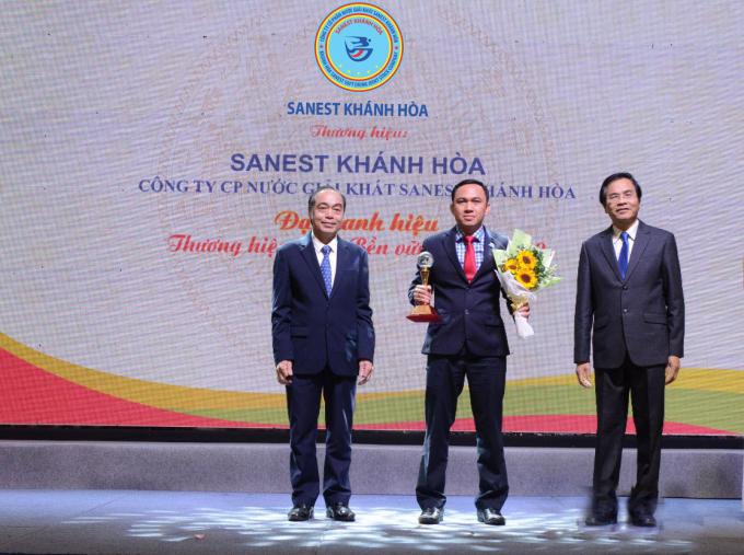 Đại diện Lãnh đạo Công ty CP NGK Sanest Khánh Hoà vinh dự nhận đượccúp Thương hiệu Việt phát triển bền vững