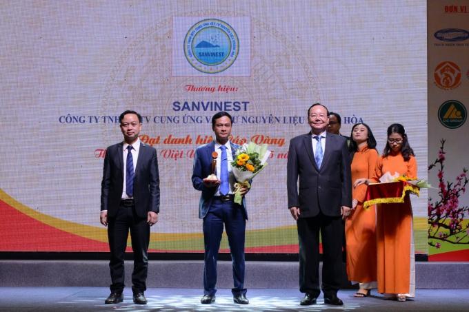 Đại diện lãnh đạo Công ty TNHH MTV Cung ứng vật tư nguyên liệuKhánh Hoà vinh dự nhận được cúp vàng Thương hiệu Việt uy tín