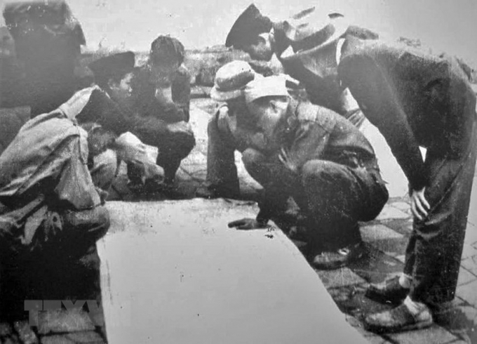 Ban chỉ huy Trung đoàn Thủ đô (sau thuộc Sư đoàn 308-Đại đoàn Quân Tiên phong) bàn kế hoạch tác chiến trong những ngày Toàn quốc kháng chiến. Sau 9 năm, cũng chính những người lính của Trung đoàn đã trở về tiếp quản Thủ đô giải phóng (10/10/1954) trong tư thế những người chiến thắng