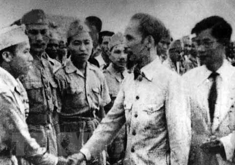 Chủ tịch Hồ Chí Minh đến thăm một đơn vị 'quyết tử' của Hà Nội đầu năm 1947