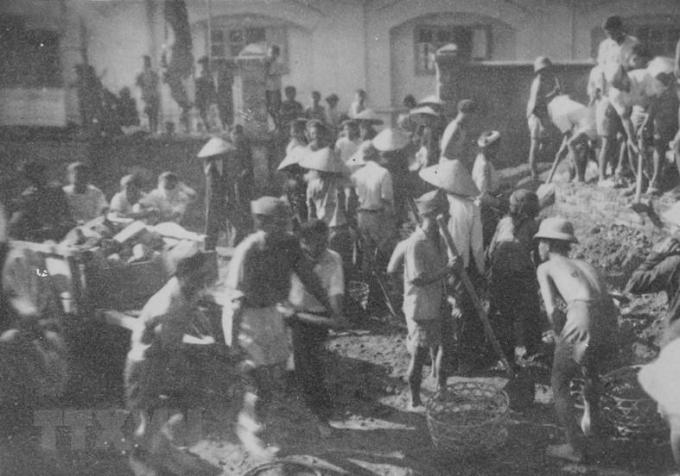 Các chiến sỹ tự vệ và nhân dân Hà Nội đào hầm hào, xây công sự chuẩn bị chiến đấu.