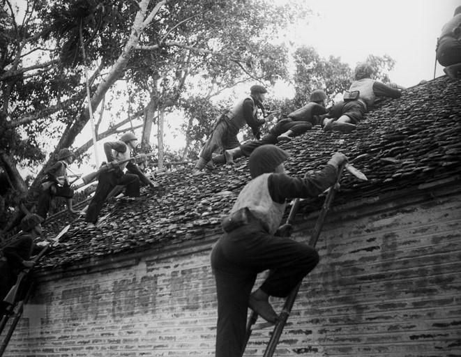Các chiến sỹ Vệ Quốc đoàn chiến đấu kiên cường bảo vệ từng ngôi nhà, tấc đất của Thủ đô trong những ngày Toàn quốc kháng chiến, tháng 12/1946