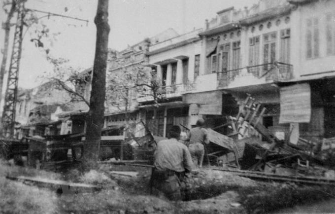 Quân và dân Thủ đô lập chốt chiến đấu trên phố Hàng Bài