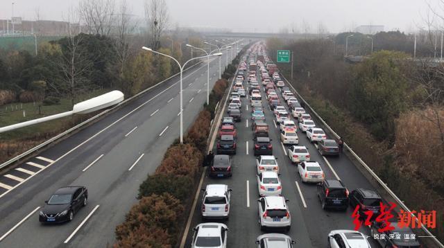 Theo thông báo từ nhà chức trách, từ 23/1, toàn bộ các phương tiện giao thông công cộng sẽ dừng hoạt động, phương tiện đi vào thành phố sẽ bị hạn chế.