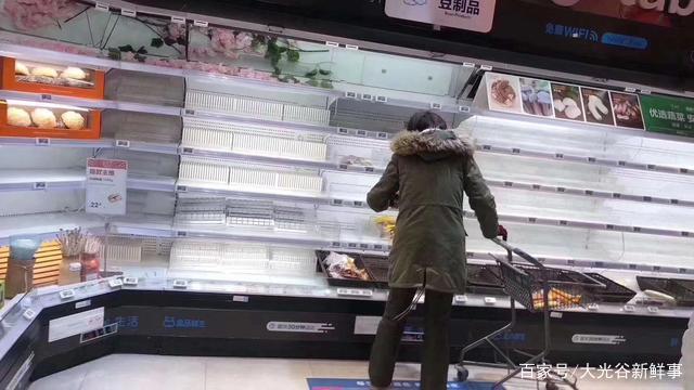 Các siêu thị ở Vũ Hán lâm vào trình trạng cháy hàng