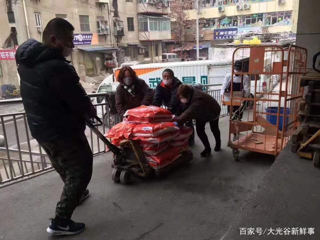 Người dân ở lại thành phố vội vã gom thực phẩm để dự trữ