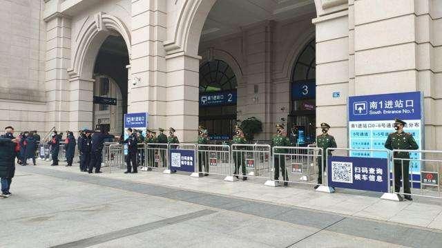 Lực lượng vũ trang phong tỏa các nhà ga