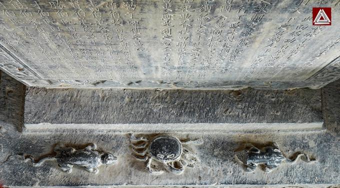 """Chân bia đá """"Tiền triều Đinh Tiên Hoàng đế công đức tằng tu điện miếu bi ký"""" dựng năm Hoằng Định thứ 9- 1608), ở đền vua Đinh (Ninh Bình)/Ảnh: Hiếu Trần"""