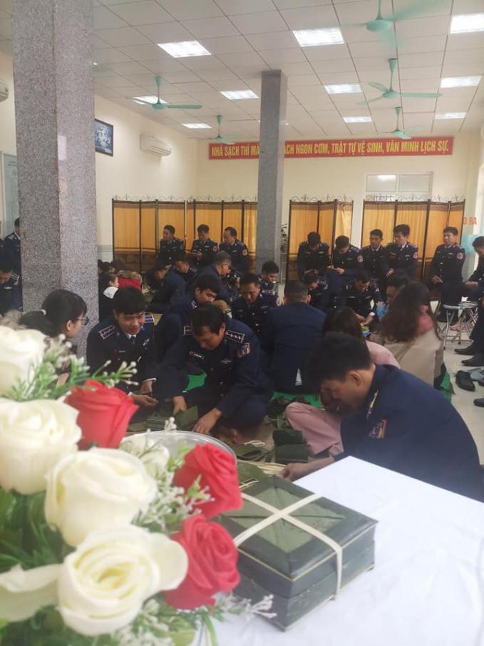 Bánh chưng của cảnh sát biển gói bằng lá dừa/ Ảnh: Hà Minh Hảo