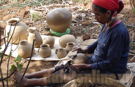 Một nghệ nhân làm gốm ởKrăngọ