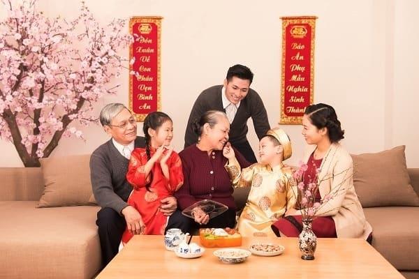 Rõ ràng tình trạng hôn nhân ngày Tết nếu túng thiếu thì đừng nói là vui vẻ mừng xuân được/ Ảnh minh họa