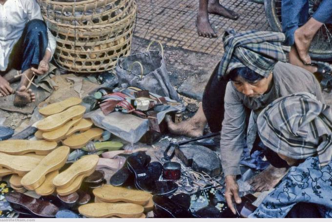 Cả xã hội đi dép nhựa, thì lại phát sinh ra một dịch vụ rất đặc thù: nghề hàn dép.