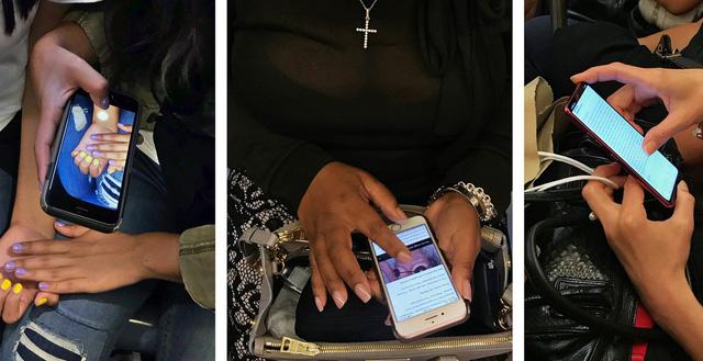 Gặp nhau vẫn chăm chú nhìn điện thoại chụp ảnh, post Facebook là chuyện phổ biến