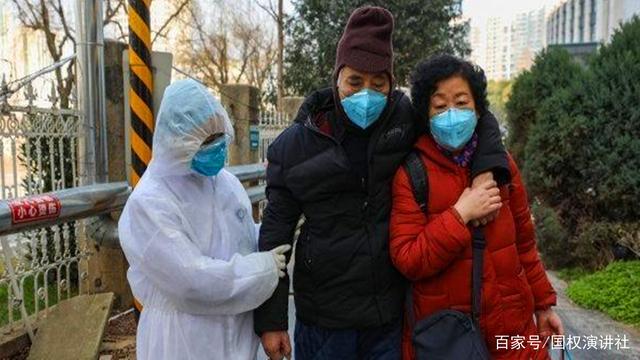 Bác sĩ Trương với một số bệnh nhân đã hồi phục