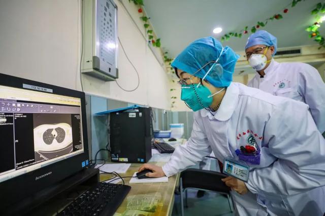 Bác sĩ Trương Kế Tiên đang đọc kết quả chụp CT của một bệnh nhân điều trị tại bệnh viện