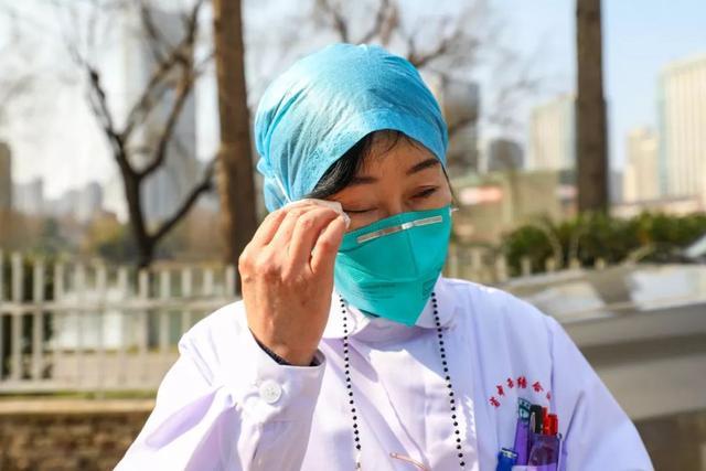 Bác sĩ Trương rơi nước mắt vì áp lực