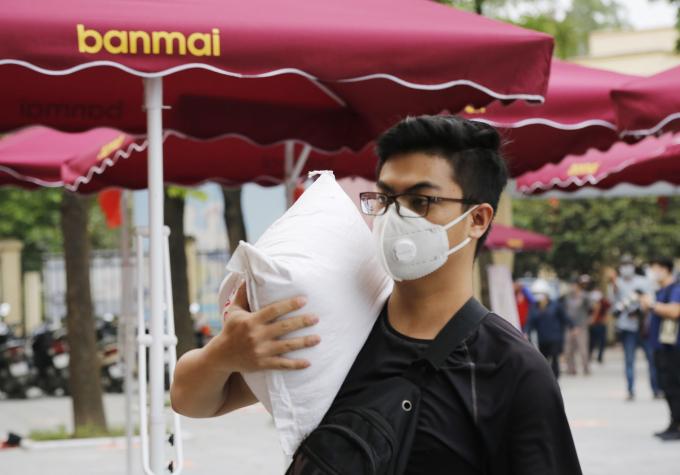 Nhiều người dân cũng mang gạo đến góp cùng cây ATM gạo